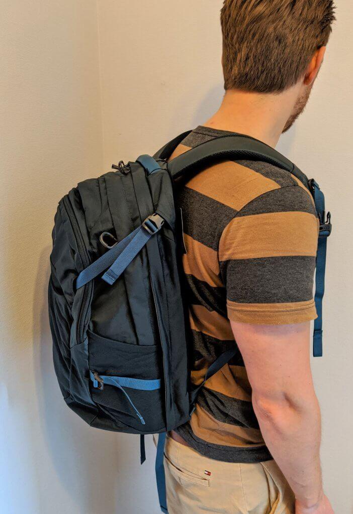 Funktionaler Rucksack mit viel Platz und Laptopfach für Alltag und Reisen - The North Face Surge und Osprey Nebula Daypack im Test 2